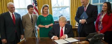 Trump_signs_financial_regulation_executive_order (1)